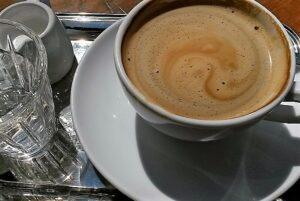 kaffeetasse mit kaffee gefuellt