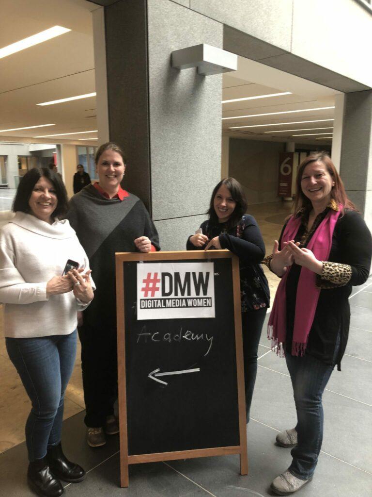 Das Team der #DMWMuc Academy: (Nicola Ohlenbusch, Alexandra Fahnenschreider, Claudia Greisel, (Fehlt: Kathrin Bachhofer) und die Trainierin Beate Mader