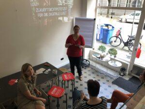 #DMW Organisatorin Alexandra Fahnenschreiber begrüßt die Workshop-Teilnehmer (Foto: Claudia Greisel)