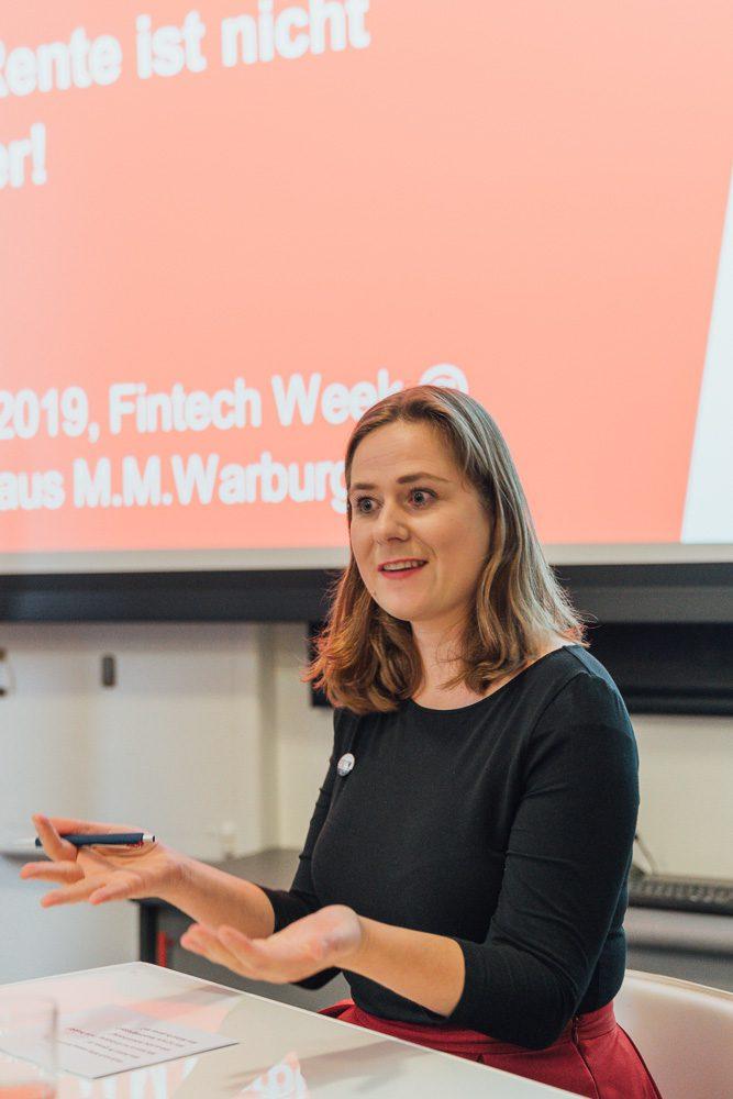"""Sandra Roggow, Quartiersleitung #DWM Hamburg, beim Fachpanel """"Kümmert Euch um eure Finanzen! Die Rente ist nicht sicher!"""" auf der Fintech Week 2019."""